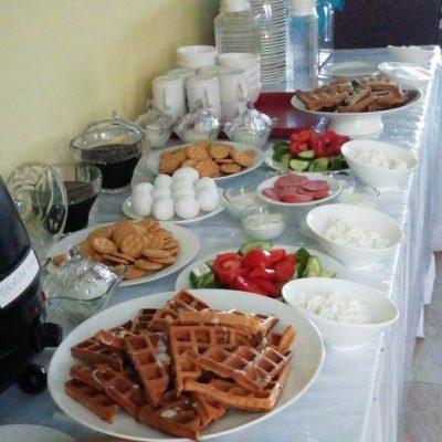 Шведский стол с завтраками